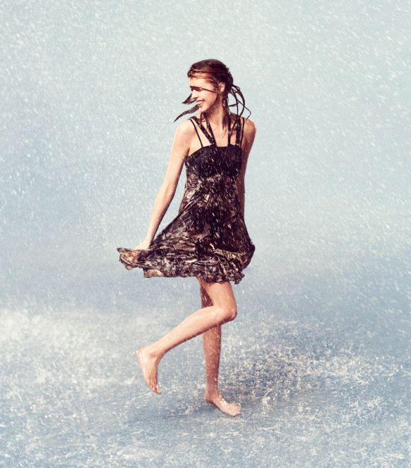 Fata in ploaie